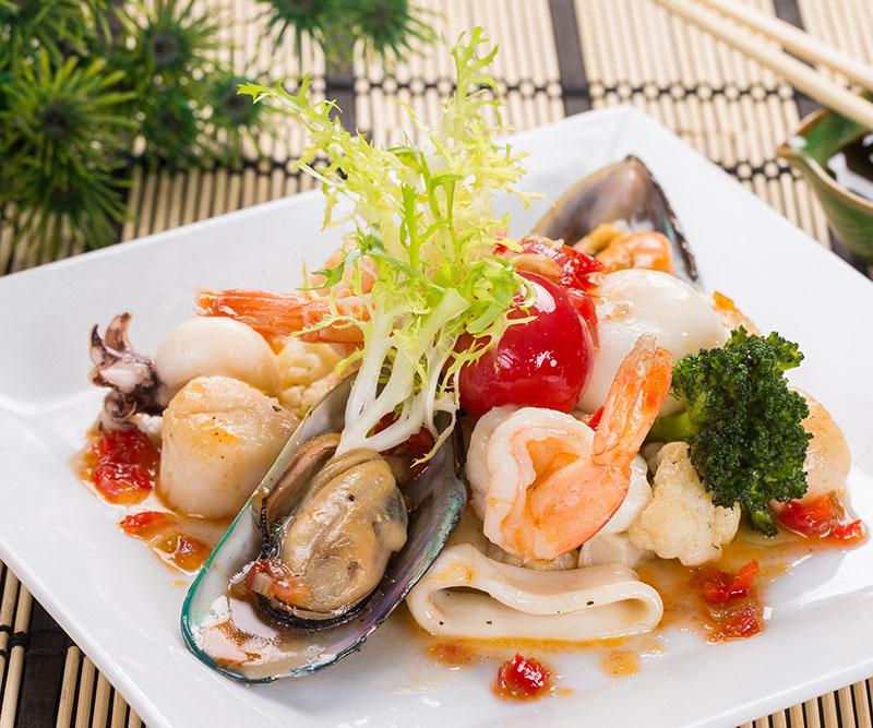 Салат фирменный с морепродуктами